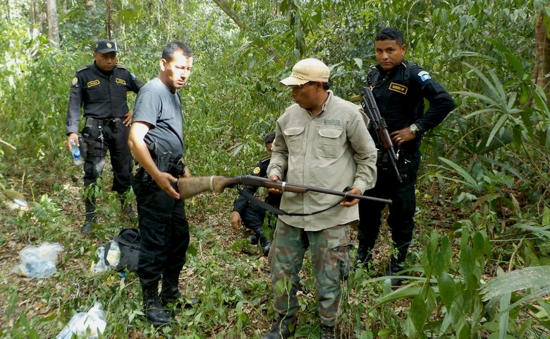 Mirador Rangers and police confiscate hunting rifle in the national park.